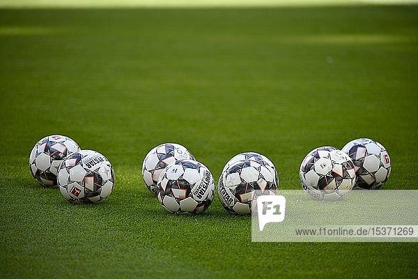 Sieben Spielbälle adidas Derbystar liegen auf Rasen  Allianz Arena  München  Bayern  Deutschland  Europa