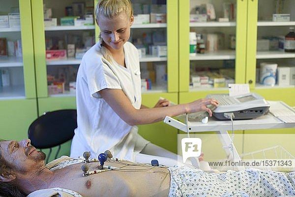 Elektrokardiographie  EKG  Untersuchung eines Patienten  Tschechien  Europa