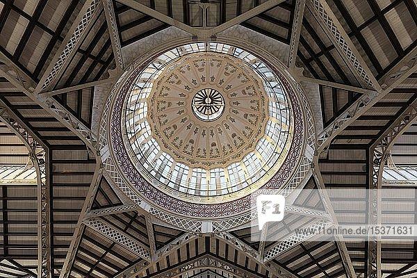 Kuppel mit kunstvollem Fliesen-Dekor  Markthalle  Mercat Central  Gebäude im Stil des Valencianischen Modernismus  Valencia  Spanien  Europa