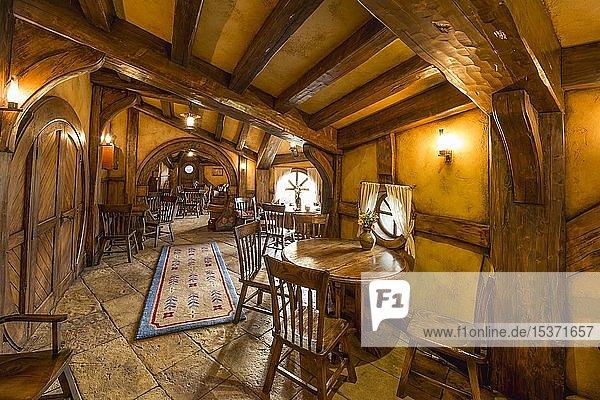 Innenaufnahme der Bar The Green Dragon Inn  Hobbingen im Auenland  Drehort für Herr der Ringe und Der Hobbit  Matamata  Waikato  Nordinsel  Neuseeland  Ozeanien