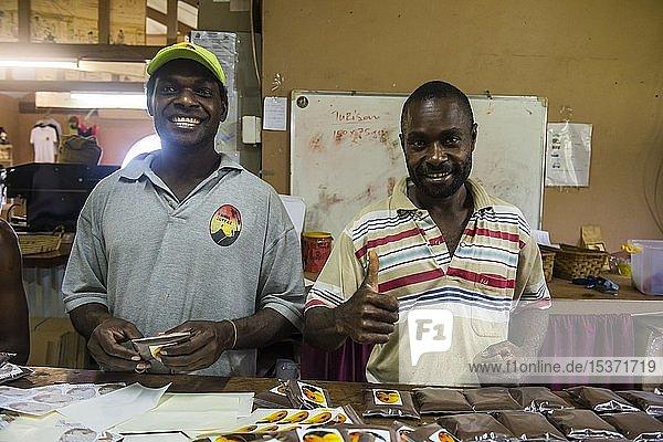 Einheimische verpacken frischen Kaffee in der Tanna coffee factory  Port Vila  Vanuatu  Ozeanien