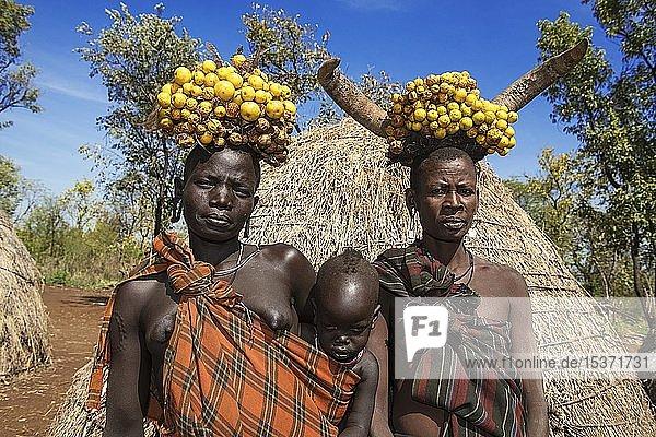 Frauen mit Baby  Kopfschmuck  Volksstamm der Mursi  Mago Nationalpark  Region der südlichen Nationen Nationalitäten und Völker  Äthiopien  Afrika Frauen mit Baby, Kopfschmuck, Volksstamm der Mursi, Mago Nationalpark, Region der südlichen Nationen Nationalitäten und Völker, Äthiopien, Afrika