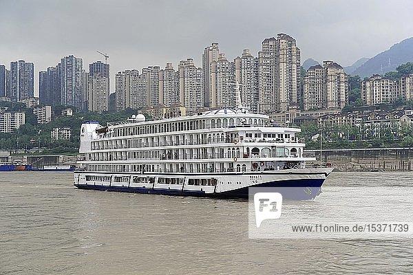 Kreuzfahrtschiff auf dem Jangtse vor Kulisse mit Hochhäusern  Chongqing  Provinz Chongqing  China  Asien