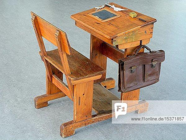 Alter Schultisch im Schulmuseum  Nyborg  Fünen  Dänemark  Europa