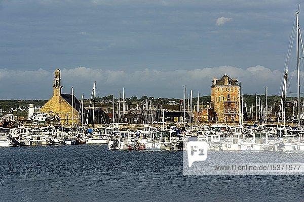 Camaret-sur-Mer,  der Hafen,  Tour Vauban und die Kapelle Notre-Dame de Rocamadour,  Departement Finistère,  Bretagne,  Frankreich,  Europa