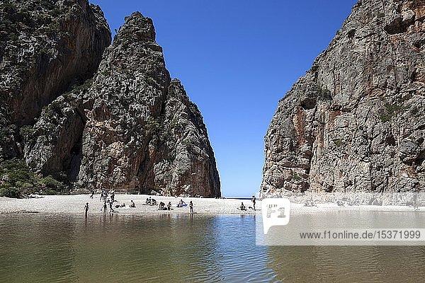 Menschen am Strand in der Schlucht Torrent de Pareis  Cala de Sa Calobra  Serra de Tramuntana  Mallorca  Balearen  Spanien  Europa