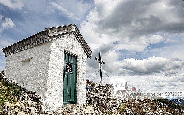 Kapelle und Gipfelkreuz am Gipfel des Spitzstein  Erl  Österreich  Europa
