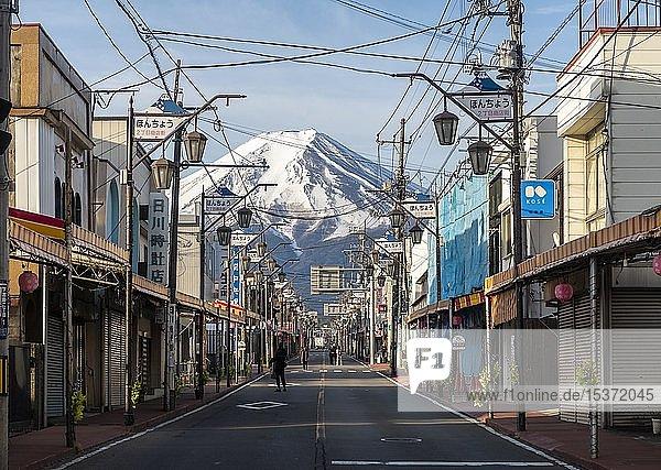 Straßenszene in einem Wohngebiet  Blick auf Vulkan Mt. Fuji  Fujiyoshida  Präfektur Yamanashi  Japan  Asien