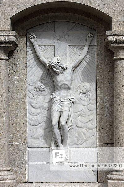 Kruzifix auf einem Grabstein