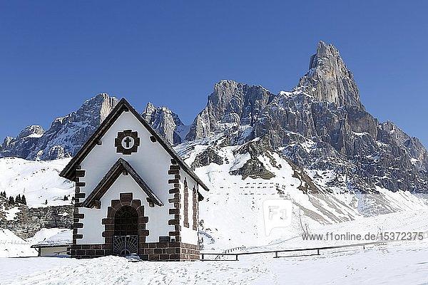 Kapelle am Gebirgspass Passo Rolle mit Schnee  Palla Gruppe  Dolomiten  Trentino  Italien  Europa