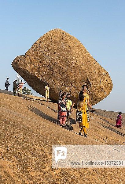 Indische Touristen  Besucher von Krishna's Butterball  Mahabalipuram  Mamallapuram  Indien  Asien