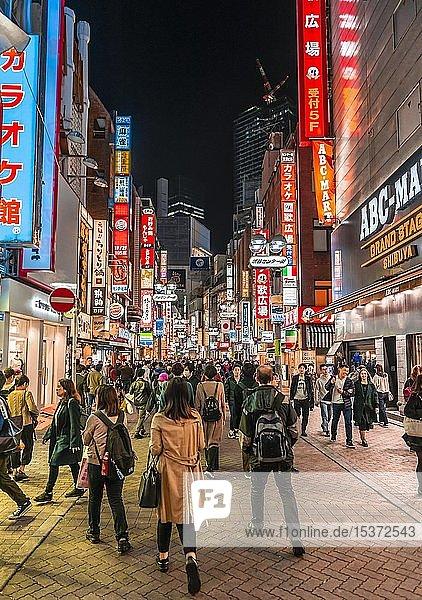 Stark belebte Fußgängerzone mit vielen Shoppingcentern und Läden  beleuchtet mit viel Leuchtreklame bei Nacht  Shibuya  Udagawacho  Tokio  Japan  Asien