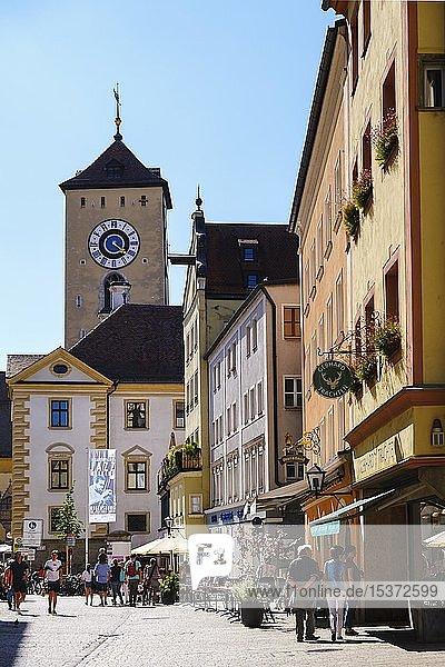 Altstadt am Kohlenmarkt mit Rathausturm  Regensburg  Oberpfalz  Bayern  Deutschland  Europa