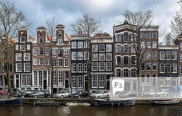 Gracht mit Booten und historischen Häusern  Amsterdam  Nordholland  Holland  Niederlande  Europa