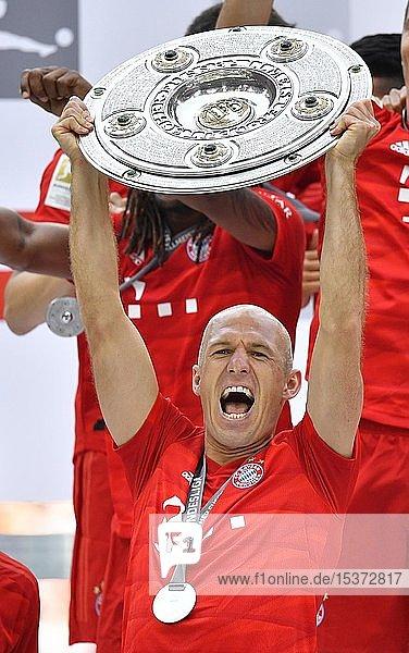 Arjen Robben FC Bayern München  Jubel mit Meisterschale  Trophäe  Meisterfeier 2019  FC Bayern München ist zum 29. Mal Deutscher Meister der Bundesliga  Allianz-Arena  München  Bayern  Deutschland  Europa