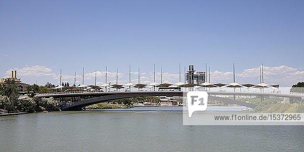 Cachorro Brücke  Puente del Cristo de la Expiración el Cachorro  über Fluss Guadalquivir  hinten Torre Schindler  Sevilla  Andalusien  Spanien  Europa
