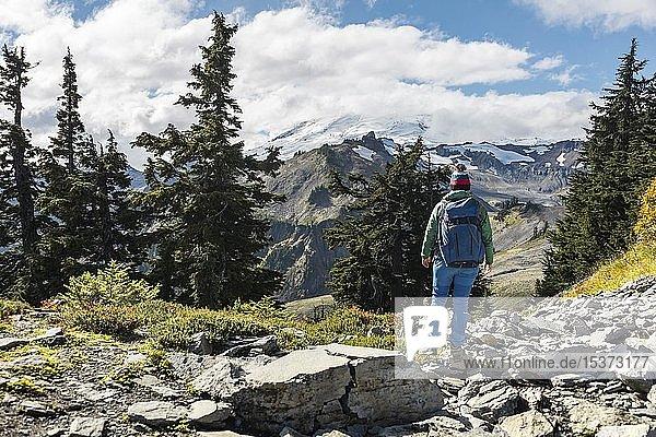 Wanderin am Wanderweg  Berglandschaft  hinten Gletscher Mt. Shuksan mit Schnee in Wolken  Mt. Baker-Snoqualmie National Forest  Washington  USA  Nordamerika