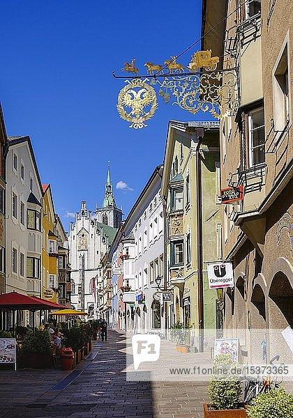 Franz-Josef-Straße mit Pfarrkirche  Altstadt Schwaz  Inntal  Tirol  Österreich  Europa
