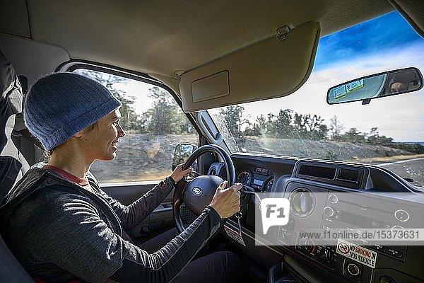 Junge Frau beim Autofahren  Arizona  USA  Nordamerika