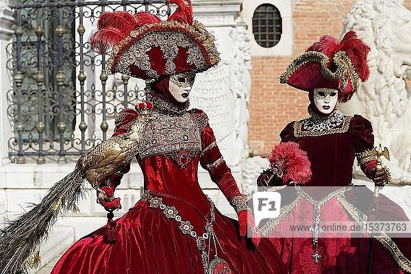 Kostümierte Frauen  traditionelle venezianische Masken  Karneval in Venedig  Venetien  Italien  Europa