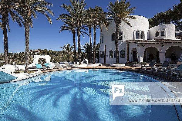 Pool und Liegebereich  hinten Restaurant Vista de Rey  Maritim Hotel Galatzo  Paguera oder Peguera  Mallorca  Balearen  Spanien  Europa