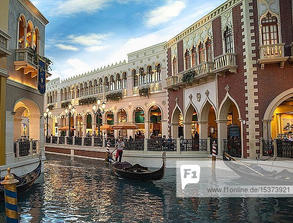 Nachgebildetes Venedig  venezianische Gondeln auf dem Kanal  Canal Grande  Grand Canal  unter künstlichem Himmel  Venetian Resort Hotel  Casino  Las Vegas Strip  Las Vegas  Nevada  USA  Nordamerika