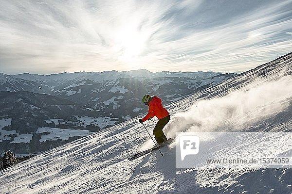 Skifahrerin fährt steile Abfahrt hinunter  schwarze Piste  hinten Berge  SkiWelt Wilder Kaiser  Brixen im Thale  Tirol  Österreich  Europa