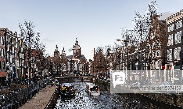 Panoramastraße Oudezijds Voorburgwal an der Gracht mit Booten  hinten Saint Nicholas Kirche  Amsterdam  Nordholland  Niederlande  Europa