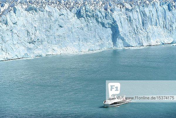 Glacier tongue  Glaciar Perito Moreno Glacier with excursion boat in front of the edge of the glacier  Los Glaciares National Park  Andes  El Calafate  Santa Cruz  Patagonia  Argentina  South America
