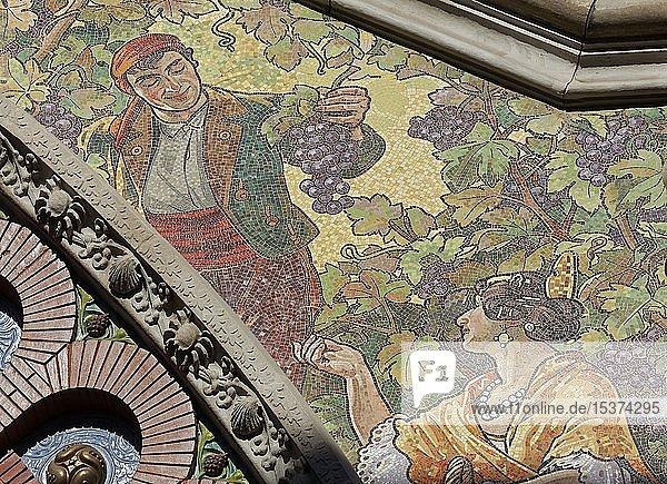 Fassade mit Mosaik  Winzer und hübsche Valencianerin  Detail  historische Markthalle  Mercat de Colón  Valencianischer Modernismus  Valencia  Spanien  Europa