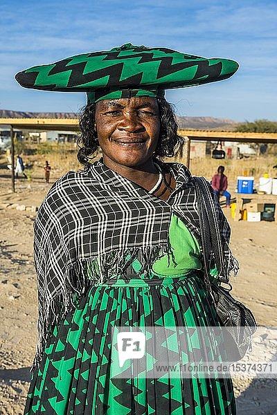 Herero-Frau in traditioneller Kleidung  Porträt  Opuwo  Kaokoland  Namibia  Afrika