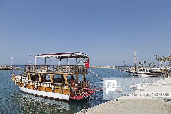 Ausflugsboot im Hafen  Side  Provinz Antalya  Türkei  Asien