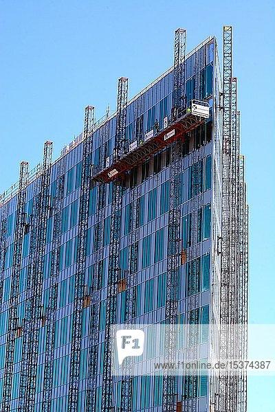 Baustelle  Fertigstellung einer Glasfassade an einem modernen Hochhaus  Malmö  Scania  Schweden  Europa