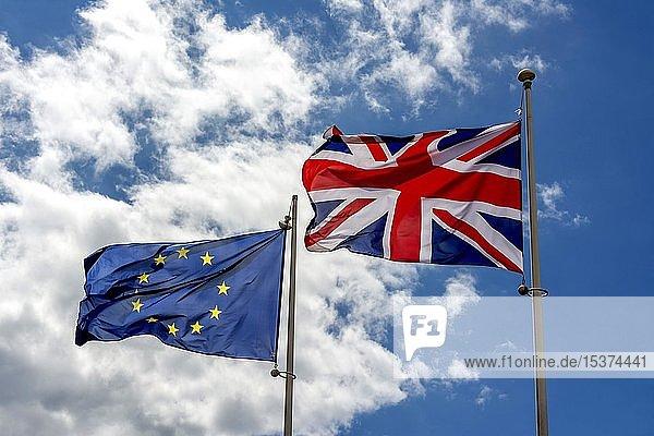Europäische Flagge und British Union Jack Flagge  Flagge des Vereinigten Königreichs  Frankreich  Europa