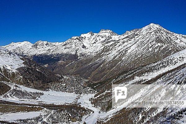 Saas-Fee im Tal  hinten die Gipfel Fletschhorn  Lagginhorn und Weismies  Berglandschaft im Winter  Wallis  Schweiz  Europa