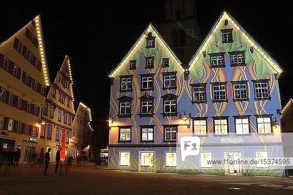 Lichtshow auf dem Marktplatz in Biberach  illuminierte Häuserfassaden  Langzeitbelichtung  Biberach an der Riß  Oberschwaben  Baden-Württemberg  Deutschland  Europa