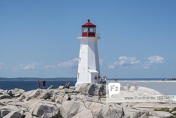 Leuchtturm auf Granitfelsen in Peggys Cove  Nova Scotia  Kanada  Nordamerika