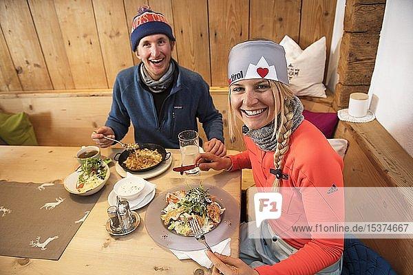 Skifahrer beim Mittagessen in einer Hütte  Hohe Salve  Hopfgarten  Tirol  Österreich  Europa