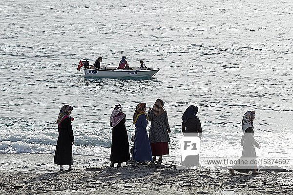 Traditionell gekleidete türkische Frauen am Neptune Beach  Kargicak  Alanya  Provinz Antalya  Türkei  Asien
