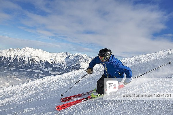 Junger Skifahrer mit sportlichen Fahrstil bei der Abfahrt von der Hohen Salve  Hopfgarten  Tirol  Österreich  Europa