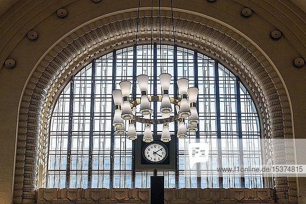 Neoklassizistischer Kronleuchter in der Eingangshalle  Hauptbahnhof  Helsinki  Finnland  Europa
