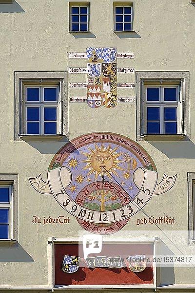 Wappen und Sonnenuhr an Fassade  Altes Rathaus  Deggendorf  Niederbayern  Bayern  Deutschland  Europa