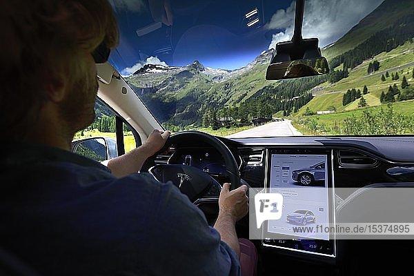 Blick auf das Armaturenbrett  Cockpit und Display des TESLA Model X 75 während dem Fahren  Großglockner-Hochalpenstraße  Salzburger Land  Österreich  Europa