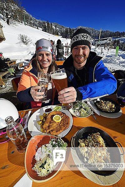 Skifahrer bei der Mittagspause  Hopfgarten  Tirol  Österreich  Europa