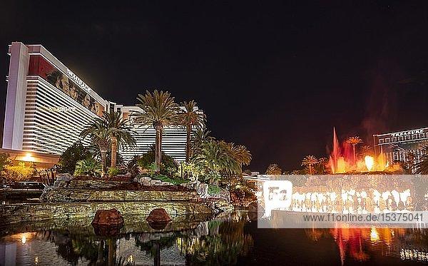 Show mit künstlichem Vulkanausbruch am Hotel The Mirage  Nachtaufnahme  Las Vegas  Nevada  USA  Nordamerika