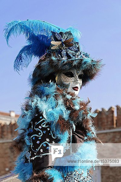 Kostümierte Frau mit traditioneller venezianischer Maske  Karneval in Venedig  Venetien  Italien  Europa