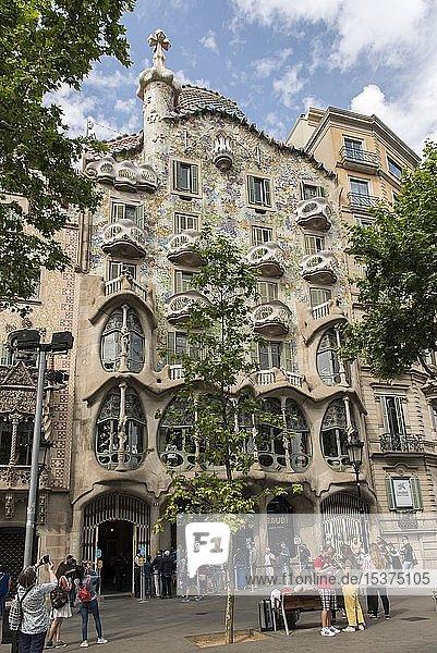 Fassade der Casa Batlló von Antoni Gaudí  Passeig de Gràcia  Barcelona  Katalonien  Spanien  Europa