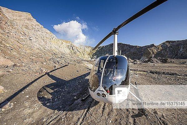 Helikopter Robinson R44 auf der Vulkaninsel White Island  Whakaari  Bay of Plenty  Nordinsel  Neuseeland  Ozeanien