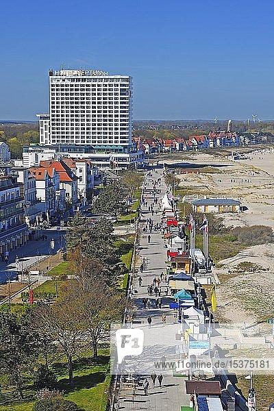 Hotel Neptun mit Strandpromenade  Warnemünde  Ostseeküste  Mecklenburg-Vorpommern  Deutschland  Europa