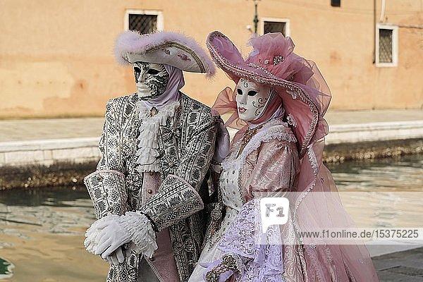 Paar mit traditionellen venezianischen Masken  Karneval in Venedig  Venetien  Italien  Europa